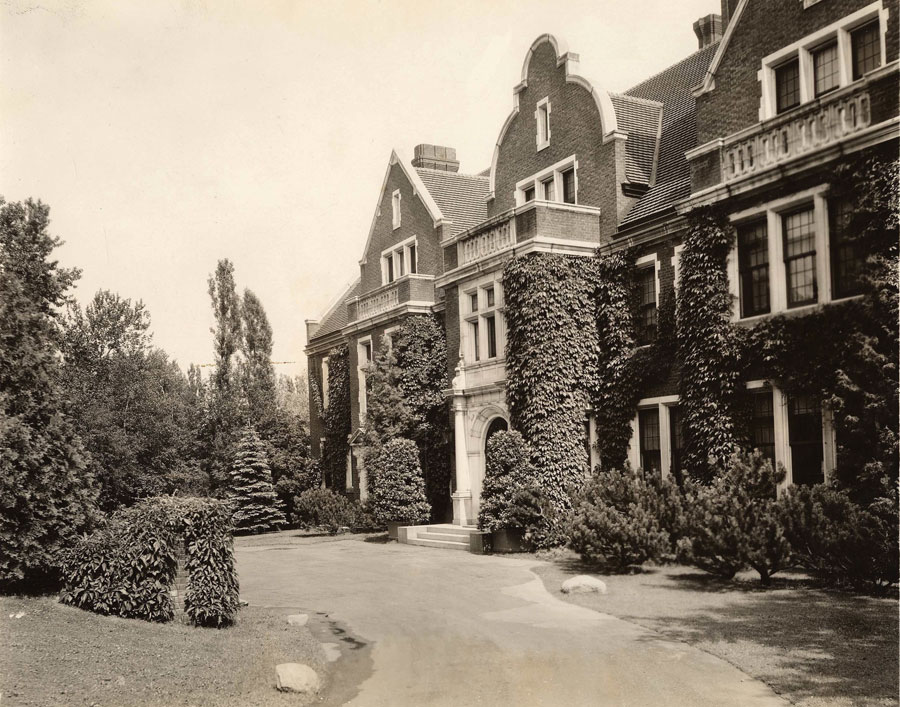 The facade of the Glensheen Manor is one that's covered in ivy.