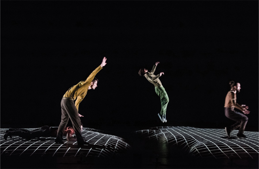 People jumping and performing a production of Compagnie Käfig: Pixel.