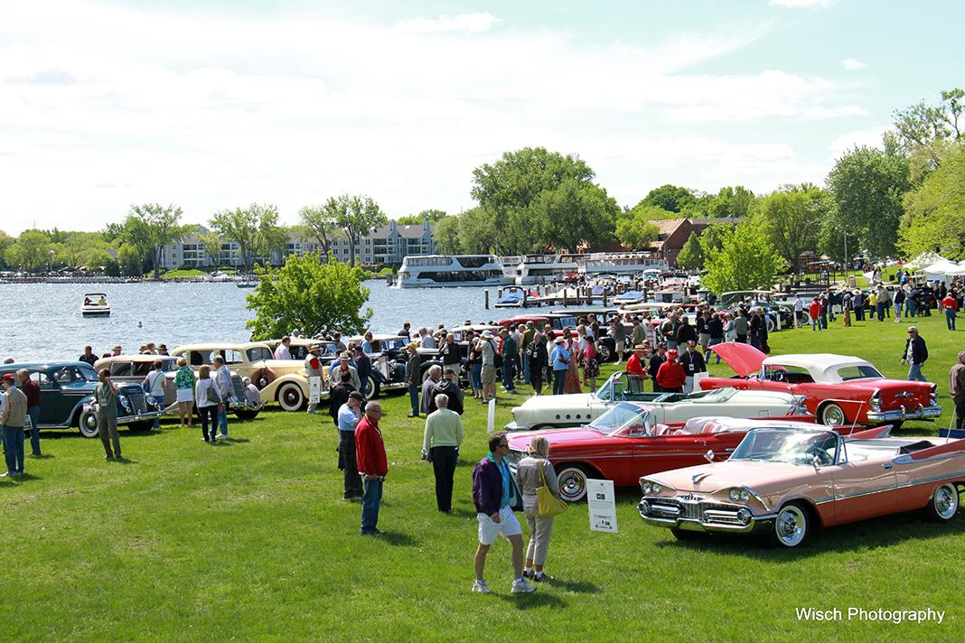 Photo of crowd of people gathering around lake