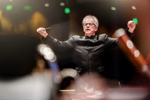 Minnesota Orchestra music director Osmo Vänskä standing and conducting performers